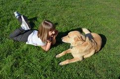 Een meisje en haar hond Stock Foto