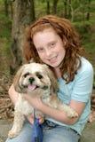 Een meisje en haar hond royalty-vrije stock foto's