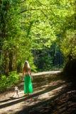 Een meisje en haar hond die langs een wandelingssleep lopen in de troodosbergen, Cyprus Stock Afbeeldingen