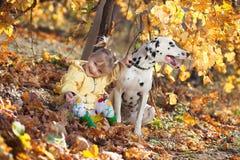 Een meisje en haar hond in wijngaard Royalty-vrije Stock Afbeelding