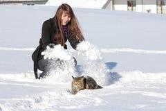 Een meisje en haar kat in de winter Stock Foto's