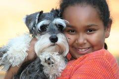 Een meisje en haar puppy Stock Afbeeldingen