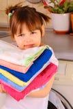 Een meisje gaat de handdoeken wassen Royalty-vrije Stock Afbeeldingen