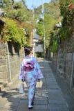 Een meisje is gekleed in een mooie KIMONO Stock Foto