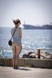 Een meisje geniet van de mening over de oceaan Stock Foto