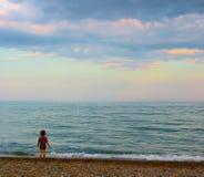 Een meisje het letten op zonsondergang royalty-vrije stock fotografie