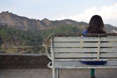 Een meisje het wandelen aard in heuvels stock afbeeldingen