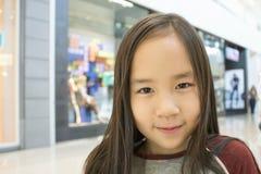 Een meisje in het winkelcomplex Stock Afbeelding