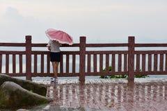 Een meisje hield de paraplu in de regen Royalty-vrije Stock Afbeeldingen