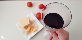 Een meisje houdt glas van rode wijnstok stock afbeelding