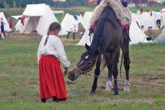 Een meisje koestert een paard Stock Foto's