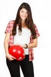 Een meisje krijgt op de heup een rode de bouwhelm Royalty-vrije Stock Foto's