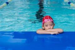 Een meisje leert hoe te zwemmen royalty-vrije stock afbeeldingen
