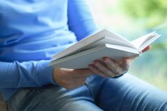 Een meisje leest een boek stock foto's