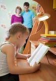 Een meisje leest een boek Royalty-vrije Stock Foto's