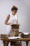 Een meisje leest een boek Royalty-vrije Stock Fotografie
