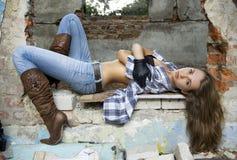 Een meisje ligt in ruïnes stock afbeelding