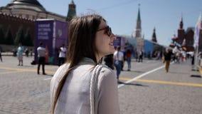 Een meisje loopt en bewondert Rode Vierkant en het Kremlin in Moskou excursie stock footage