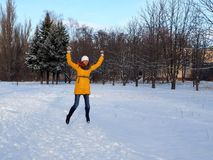 Een meisje loopt in een snow-covered Park stock fotografie