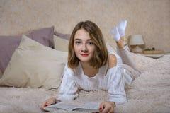 Een meisje met een boek Stock Afbeeldingen