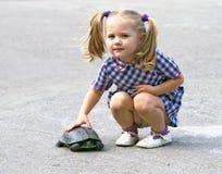 Een meisje met de schildpad Stock Afbeeldingen