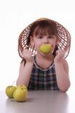 Een meisje met een appel in de mond Stock Afbeeldingen