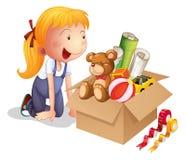 Een meisje met een doos van speelgoed Stock Fotografie