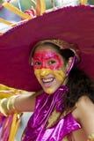 Een meisje met een geschilderd gezicht, dat een grote hoed draagt Royalty-vrije Stock Foto