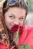 Een meisje met een glimlach en nam toe Royalty-vrije Stock Foto's