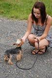 Een meisje met een hond Royalty-vrije Stock Afbeelding