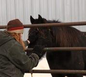 Een meisje met een paard stock foto