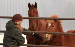 Een meisje met een paard stock afbeeldingen