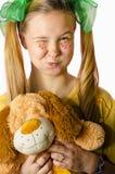 Een meisje met een stuk speelgoed royalty-vrije stock fotografie