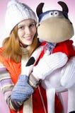 Een meisje met een zacht stuk speelgoed Stock Afbeelding