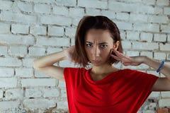 Een meisje met ernstige blik Stock Foto