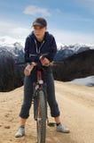 Een meisje met haar fiets Stock Foto