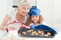 Een meisje met haar grootmoeder stock foto's