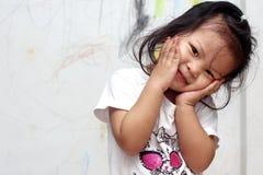 Een meisje met het trekken op de muur Stock Afbeelding