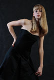 Een meisje met lang blond mooi haar Stock Fotografie