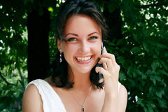 Een meisje met mobiele telefoon Stock Foto