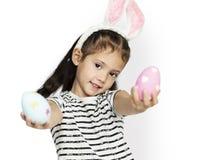 Een meisje met paaseieren en konijntje hairband royalty-vrije stock afbeelding