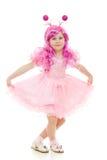 Een meisje met roze haar in het roze kleding dansen stock foto's