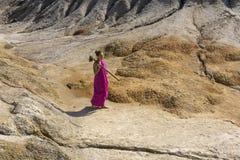 Een meisje met een schoffel stock fotografie