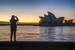 Een meisje neemt een foto van Sydney Opera House Royalty-vrije Stock Foto's