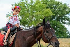Een meisje in Oekraïense traditionele kleren op horseback Royalty-vrije Stock Foto's