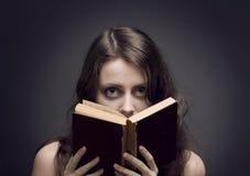 Een meisje ontrafelt een geheim stock afbeelding