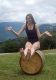 Een meisje op een vat Stock Afbeelding