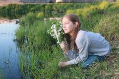 Een meisje op een gang in een de herfstpark Jong roodharig meisje in Royalty-vrije Stock Foto's
