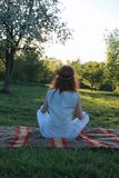 Een meisje op een gang in een de herfstpark Jong roodharig meisje in Stock Afbeelding