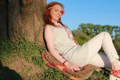 Een meisje op een gang in een de herfstpark Jong roodharig meisje in Royalty-vrije Stock Foto